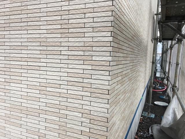 外壁のタイルの施工中!