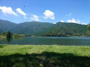 湖畔でのんびり森林浴